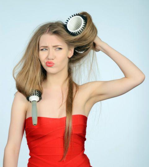 "<p>頭髮表面的角質毛鱗層可以說是一層保護膜,能夠保存秀髮的含水量,當妳過度的染燙又沒有好好護髮,使用過熱的水來洗頭髮,或是在完全沒抹髮品的情況下硬把打結的頭髮扯開等等,都會導致頭髮表層的毛鱗片損傷,進而造成髮絲內部水份和蛋白質容易流失,使得頭髮看起來毛躁乾枯。<span class=""redactor-invisible-space"" data-verified=""redactor"" data-redactor-tag=""span"" data-redactor-class=""redactor-invisible-space""></span></p>"