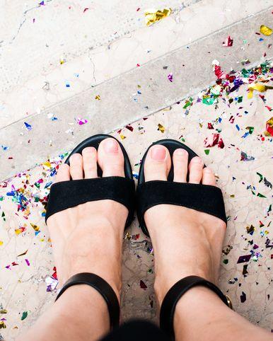 <p>A:夏日有很多機會會穿上露趾涼鞋,因此護甲及足部護理也不容忽視,指甲變黃是因為色素沉澱和角質層被外來物質破壞,若經常塗指深色甲油或超過一星期不卸除指甲油,都容易讓指甲開始泛黃,塗上指甲油前,應該先用含有滋潤成分的護甲油打底,讓指甲油無法直接接觸指甲面,另外,選擇不含丙酮成分的去光水,可以避免指甲變得乾燥。</p>