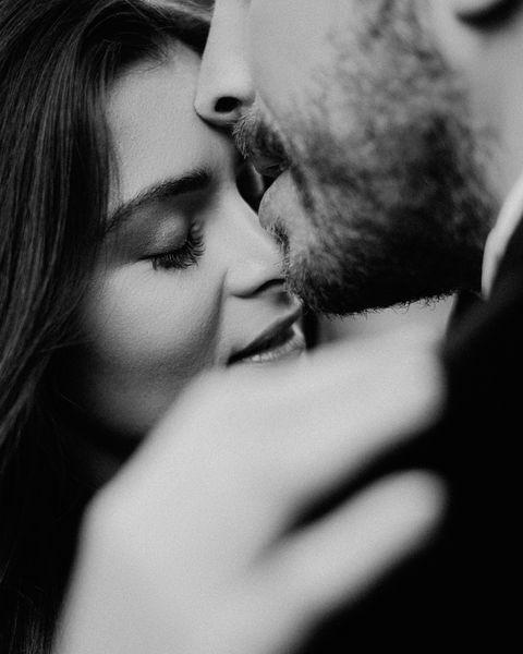 <p><font><font>Angels平時擦口紅,下唇兩旁容易暈染的那個地方,對男人來說就是充滿神經的超級敏感帶!</font><font>所以下次與男友在親熱的時候,可以從他的臉頰一路親到他的下唇周遭,然後可以輕輕的吸舔一下,把他勾得想要大口親吻妳的時候,與他來個法式深吻,然後咬住他的下唇,舔一下他的下唇外緣,絕對讓他原本安分的小軟糖一秒變成棒棒糖!</font></font></p>