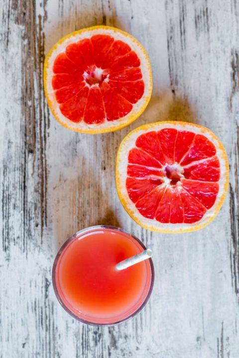 "<p>只要有減過肥的人,相信都聽過這個號稱「十日減十磅」的葡萄袖減肥法,起初被稱為 Hollywood Diet,是短期的減肥流行飲食,聲稱因葡萄柚降低食慾,可以促進脂肪燃燒來減肥,英國營養基金會指出葡萄柚餐能減肥是因為它低熱量,並不是由於葡萄柚有所謂的「脂肪燃燒能力」。</p><p>雖然每餐吃半個的葡萄柚有利健康,但長期食用極低卡的葡萄柚餐,新陳代謝變慢,會讓人自動進入「省電模式」來保存能量,造成""Yo-yo effect""(「搖搖效應」由耶魯大學,意指減肥者本身採取過度節食的方法而導致身體出現快速減重與迅速反彈的變化),當妳回到正常飲食時體重就會馬上反彈!</p>"