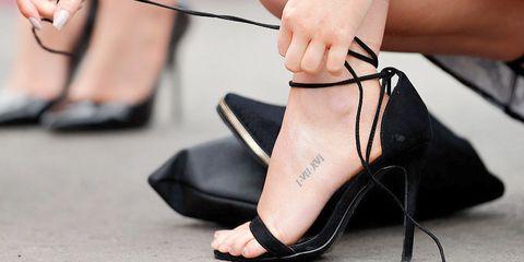 "<p>女人的腳是最重要的性感象徵,當妳努力將腿保養好,準備在這個夏天大露特露時,有沒有注意到,那因為長時間曝曬於太陽下,又疏於保養的黑黑髒髒腳背,不管妳腿多美,黑腳背都會讓妳一秒性感破滅,白嫩的腳背絕對能讓妳性感&質感狂飆,尤其是穿上那美美的涼鞋,絕對能激起男人的幻想慾望呀,至於要如何消除黑腳背暗沉,以下五招請快點乖乖學起來!<span class=""redactor-invisible-space"" data-verified=""redactor"" data-redactor-tag=""span"" data-redactor-class=""redactor-invisible-space""></span></p>"