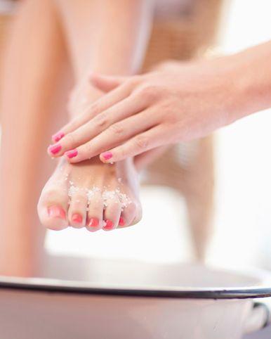 <p>想要淡化暗沉一定要把肌膚表面的老化角質給去除,才能幫助後續保養的吸收,而想要完整的徹底去除黑黑腳背的角質,可利用不同質地的磨砂膏來達到更強的功效,首先先用顆粒較粗的磨砂膏,以大面積畫圓的方式去除腳背的角質,接著可選用顆粒較細緻的磨砂凝膠或磨砂乳,針對腳趾關節及腳縫細節處去除老廢角質,利用分區式去角質讓腳背肌膚更透亮乾淨.</p>
