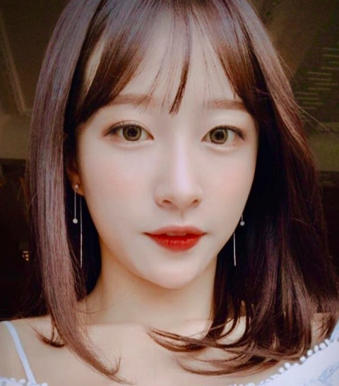 Face, Hair, Lip, Eyebrow, Hairstyle, Chin, Forehead, Nose, Beauty, Bangs,