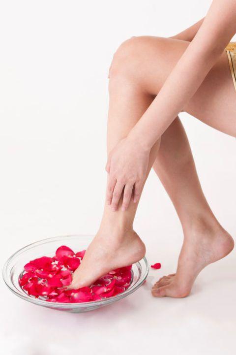 <p>很常從古代電視劇中,看到千金大小姐都靠泡玫瑰花瓣澡來保養肌膚,不是沒有道理的,玫瑰花能夠有效的美白並且使肌膚柔嫩,因此想要讓黑黑的腳背變白嫩可以每天在洗澡時幫足部來泡個熱熱的玫瑰花瓣水,促進血液循環同時淡化黑色素,而且將腳的肌膚角質軟化後對於後續美白保養更有感.</p>