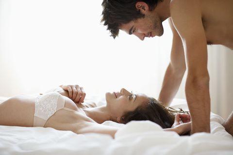 "<p>早上做愛不像是一般的例行公事,而是在床上醒來的那一刻,看見另一伴赤裸的身體躺在旁邊,一陣愛撫之後直接讓巨龍進入小穴,那樣的快感比起晚上做愛更加刺激,兩人的關係也因為這場突如其來的瘋狂特餐而更加緊密,結束之後一起讓沖個澡或許還可以來第二次呢!<span class=""redactor-invisible-space"" data-verified=""redactor"" data-redactor-tag=""span"" data-redactor-class=""redactor-invisible-space""></span></p>"