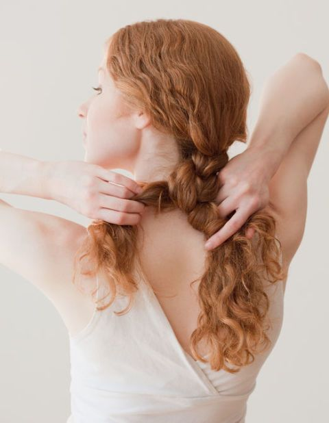 """<p>如果想要快速擁有像美人魚一樣的浪漫捲髮,可以在睡前將頭髮編成蜈蚣辮,從頭頂開始將髮束分成三撮後交叉編成辮子,再用橡皮筋固定,記得把辮子微微拉鬆,這樣明天起床妳只需要用定型噴霧固定一下捲度,就能擁有超夢幻的美人魚捲髮啦!<span class=""""redactor-invisible-space"""" data-verified=""""redactor"""" data-redactor-tag=""""span"""" data-redactor-class=""""redactor-invisible-space""""></span></p>"""