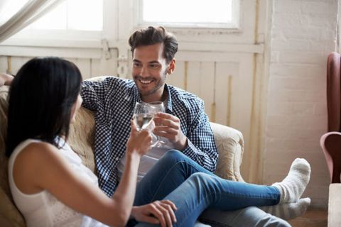 <p><span>酒精雖然可以讓人亢奮變得更大膽,但同時也會讓男生小弟弟的活力和持久度下降,在酒精的影響下,性慾可能會變得遲緩,即使很想與妳共度春宵,也有可能在中途洩氣變得力不從心,所以,要和他親熱前,兩人最好都別喝太多。</span></p>