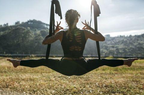 "<p>Cosmo Angel自己就是個空中瑜珈的愛好者~之前看到許瑋甯、韓國潮模Irene Kim等身材姣好的明星各個都在IG上狂曬空中瑜珈的照片,燃起Cosmo Angel心中熊熊好奇心,原本以為是個優雅放鬆的運動,做過之後才知道不是這麼一回事!各位Angels一定很好奇,為什麼不做一般的瑜珈就好,偏偏要把自己掛在半空中,到底這之間有什麼不同?Cosmo Angel今天就來和大家說說,空中瑜珈的秘密,為什麼一票女明星都為它瘋狂!<span class=""redactor-invisible-space"" data-verified=""redactor"" data-redactor-tag=""span"" data-redactor-class=""redactor-invisible-space""></span></p>"