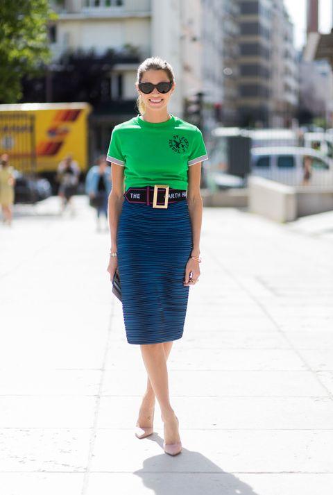 <p>綠色上衣搭配寶藍色窄管裙,寬皮帶拉高腰線讓下半身更修長,而橫條設計的藍色裙子在陽光下呈現深淺不同光澤,增加造型層次。</p>