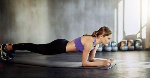 "<p>棒式是很好訓練腹部的動作,每次支持30秒,重複二次。將手肘置於肩膀正下方貼於地面,手臂與地面垂直,利用腹部的力量將身體抬起,讓身形成一直線,雙腳要打直,避免臀、腹肌肉下垂或是臀部抬得太高身體離開水平,也要避免過度使用手肘支撐,壓迫到肩膀會有受傷的危險。感覺全身力量集中在腹部,才能有效訓練到腹部線條。<span class=""redactor-invisible-space"" data-verified=""redactor"" data-redactor-tag=""span"" data-redactor-class=""redactor-invisible-space""></span></p>"