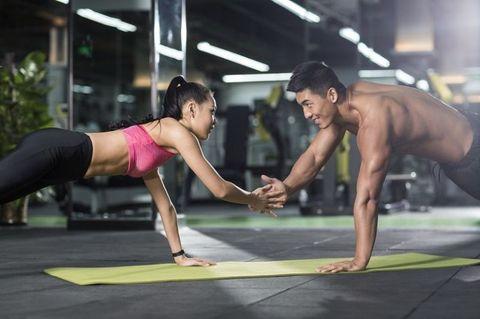 "<p>兩人面對面做伏地體撐,並交叉拍手,可提升伏地體撐的肌肉使用量。做伏地體撐時,使用腹部的肌肉將身體抬起,避免過度依賴手支撐的力量,導致手腕無力,並且臀部夾緊與身體在同一平行線,如果抬太高會降低腹部的肌肉作用。<span class=""redactor-invisible-space"" data-verified=""redactor"" data-redactor-tag=""span"" data-redactor-class=""redactor-invisible-space""></span></p>"