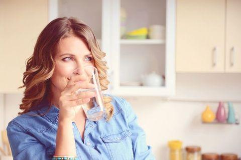 """<p>都說女人是水做的,這句話是有道理的!水對女人來說是最好最天然的保養品,能促進新城代謝幫助排便排毒,身體會因此更加輕盈;水分補足也會讓皮膚自然透亮散發光澤,在飯前喝一杯溫開水可增加飽足感,避免吃過量的正餐。<span class=""""redactor-invisible-space"""" data-verified=""""redactor"""" data-redactor-tag=""""span"""" data-redactor-class=""""redactor-invisible-space""""></span></p>"""