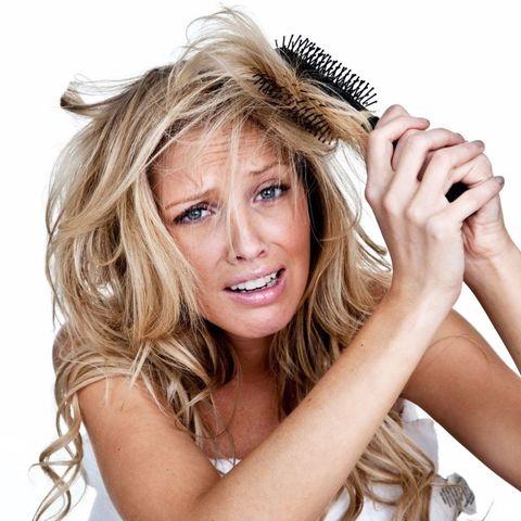 """<p>想要避免睡醒後頭髮毛燥,那妳就絕對不能在頭髮打結的狀態時睡覺,否則頭髮打結再加上一整晚的摩擦,早上起床怎麼可能髮絲柔順,因此睡覺前一定要將頭髮溫柔且仔細的梳開、梳順,建議可以用大扁梳或天然鬃毛梳,先梳開髮尾後再從<span class=""""redactor-invisible-space"""">從上往下<span class=""""redactor-invisible-space"""">將整頭全都梳順,別忘了兩側及靠近耳後的髮流也一併帶順,同時也可利用梳子順便按摩頭皮能讓頭髮更健康喔.</span></span></p>"""