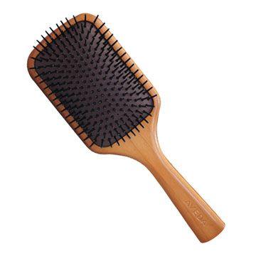 "<p>有氣壓墊,在梳頭皮的時候,有按摩的效果,可以一邊梳,一邊活絡頭皮的血液循環。Aveda木質髮梳的最上方齒梳,特別有作處理,可以輕鬆梳開打結的頭髮,不產生過度拉扯。使用木質髮梳以左右來回吹的方式吹乾,木質髮梳表面積大,可以一次吹梳大面積的頭髮,左右來回梳,不需任何技巧,就可以吹出這種「自然吹乾」的髮型。<span class=""redactor-invisible-space"" data-verified=""redactor"" data-redactor-tag=""span"" data-redactor-class=""redactor-invisible-space""></span></p>"