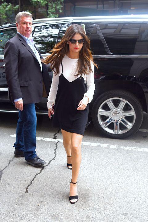 "<p>身高不算高的Selena Gomez<span class=""redactor-invisible-space"" data-verified=""redactor"" data-redactor-tag=""span"" data-redactor-class=""redactor-invisible-space"">屬於圓形身材,平時常以短裙視人,搭配細跟的高跟鞋呈現甜美的女孩風格。</span></p>"