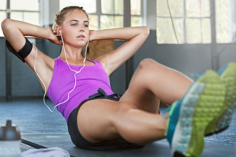 "<p>坐在瑜珈墊上讓上半身微微後傾,雙手放在後腦杓保持平衡,雙腳離地面約二十公分的位置,在半空中來回踢腳,持續30秒後休息10秒再做30秒,此動作不只訓練臀腿線條,也能訓練腹部肌肉,雙腳離地面越近,訓練強度就越強。<span class=""redactor-invisible-space"" data-verified=""redactor"" data-redactor-tag=""span"" data-redactor-class=""redactor-invisible-space""></span></p>"