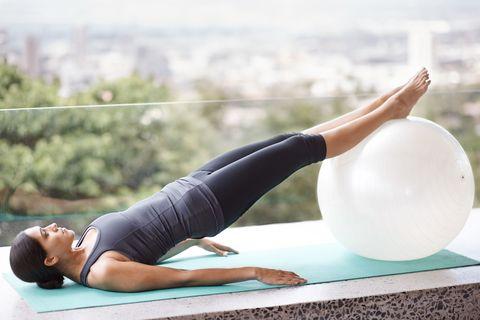 """<p>雙腳打直讓兩隻小腿放在彈力球上,雙手放鬆攤在身體兩側,利用臀部及腹部的力量將身體撐起,再以臀部的力量將球往身體的方向勾,雙腳變成屈膝的狀態,前後來回讓臀部持續用力、身體置於半空中,因處在不穩定狀態,需要運用更多肌肉,能增加訓練效果。前後來回12~15下,可重複3~4組。<span class=""""redactor-invisible-space"""" data-verified=""""redactor"""" data-redactor-tag=""""span"""" data-redactor-class=""""redactor-invisible-space""""></span></p>"""