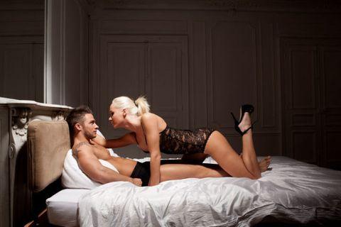<p>男人只要看到女生跪著幫他們服務,絕對立刻血脈噴張,視覺高潮先來一波,因此妳可以讓男人先坐著,妳以半跪的方式,趴在男友的雙腿間,用妳的小嘴先幫他的巨龍暖暖身,接著直接坐上來讓巨龍直探花徑,絕對讓男友大呼過癮.</p>