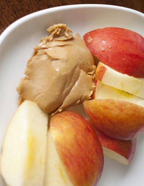 <p><font><font>攝取蘋果沾花生醬的時候,妳同時會攝取到許多的膳食纖維以及蛋白質,除了能夠讓妳吃一點就有有滿滿的飽足感之外,更能夠讓妳的腸胃蠕動更順暢!</font><font>另外,Angels應該要注意使用「純花生醬」,因為市面上有許多花生醬含有太多添加物,吃下肚反而會有反效果呦~</font></font></p>