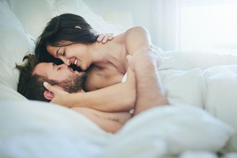 <p>這個姿勢不但可以把他夾的緊緊緊,也是濃情密意相依相位的浪漫姿勢!側身躺在男人前面,讓他由背後擁抱妳,一邊愛撫胸部、小花蕊任何妳渴望的部位,一邊慢慢直搗花心,若想加強緊密度,妳可以在邊抽差時,邊用腿往後溝繞環住,讓你倆又緊又深,愛意環繞的幸福體位就是這一個!</p>