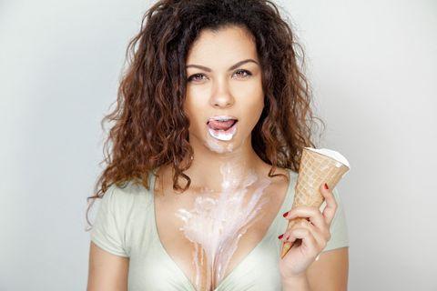 <p><font><font>誰不喜歡冰淇淋!</font><font>今年夏天實在太炎熱,快點與男友買一桶冰淇淋回家用愛愛消消暑~Angels可以先用冰淇淋桶在男友身上滑動,讓他享受一下「冰火五重天」的刺激感,皆折兩人可以輪流一人一口吃冰淇淋,再將冰冰的嘴唇含住對方的敏感地帶,絕對消暑又開胃(激起性慾)呀!</font></font></p>