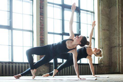 "<p>側躺在瑜珈墊上後,將手掌置於肩膀正下方並打直手臂,利用臀部與腹部的力量將身體撐起,上方的腳彎曲置於前側,讓身體像溜滑梯一樣一直線,並避免腰部往下塌、屁股後垂,讓身體像紙一樣平,再慢慢將另一隻手往上舉起打直,保持30秒後休息10秒換邊,來回重複3~4組。此動作能伸展並訓練手臂與背部線條,也能加強腹部、臀部肌肉訓練。<span class=""redactor-invisible-space"" data-verified=""redactor"" data-redactor-tag=""span"" data-redactor-class=""redactor-invisible-space""></span></p>"