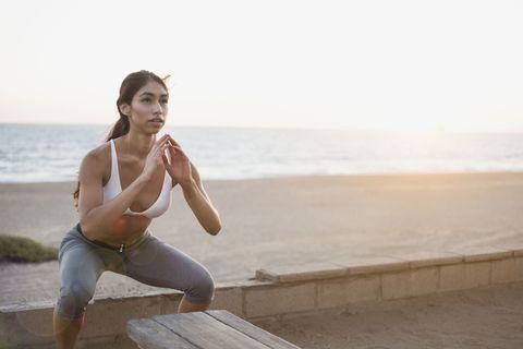 "<p>開腿深蹲的延續動作,讓臀部保持在蹲下來的姿勢,雙手合掌置於胸前幫助平衡,雙腿開始往內夾再回原位,來回動作能訓練臀腿肌力,注意腳尖保持45度朝外,來回12~15次後休息,可重複3~4組。過程中也可以試著夾緊、放鬆小穴,練出緊緻彈性的妹妹~<span class=""redactor-invisible-space"" data-verified=""redactor"" data-redactor-tag=""span"" data-redactor-class=""redactor-invisible-space""></span></p>"