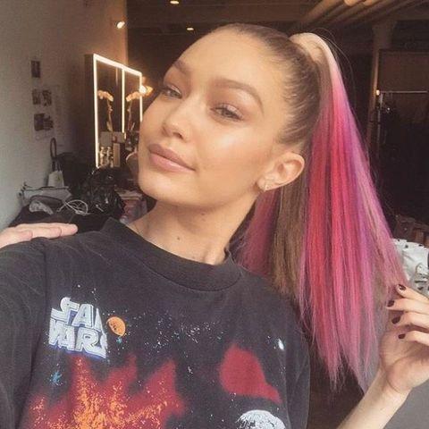 <p>簡單馬尾Gigi Hadid也能造型的霸氣又時尚,重點就是在於漸層髮色以及綁的位置,能夠微調妳臉的比例,讓妳整個看起來俐落又帥氣.先將頭髮梳順,綁起來的時候盡量綁緊,位置大約在頭頂上方距離前額髮際線兩個手掌的距離,最後為了要讓頭髮不毛躁,順順的平貼在頭上,可以抹一點定型噴霧幫助固定,這樣霸氣高馬尾就完成啦!</p>