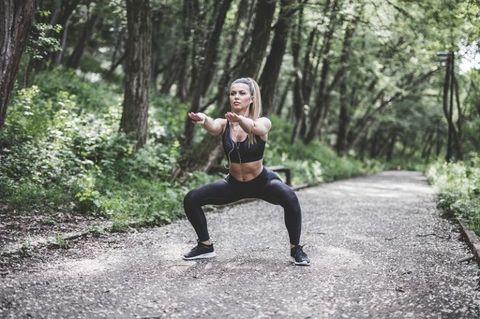 "<p>將雙腿打開大於肩膀寬度,讓腳尖朝45度的方向,並且膝蓋與腳尖對齊,慢慢讓臀部垂直往下蹲,上下12~15下後休息,重複3~4組。開腿深蹲可以訓練到更多臀腿肌肉,讓妳練出圓潤翹臀,並增強雙腿的肌力,輕鬆掌握上位愛愛姿勢~<span class=""redactor-invisible-space"" data-verified=""redactor"" data-redactor-tag=""span"" data-redactor-class=""redactor-invisible-space""></span></p>"