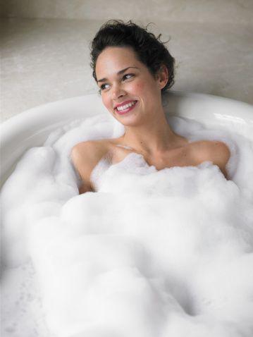 "<p>想要養出讓男人著了迷的多層次情慾香香蜜體,那就要從洗澡的時候就開始,除了用沐浴乳把自己洗的乾淨清香外,還可以善用泡澡,畢竟沐浴乳的香氛持久力不夠,很容易就散掉了,因此可以在泡澡時於水中滴入香氛油,讓妳整個人都沈浸在舒服的天然香氣中<span class=""redactor-invisible-space"" data-verified=""redactor"" data-redactor-tag=""span"" data-redactor-class=""redactor-invisible-space"">,就像是古代貴妃泡玫瑰花瓣澡的概念~</span></p>"