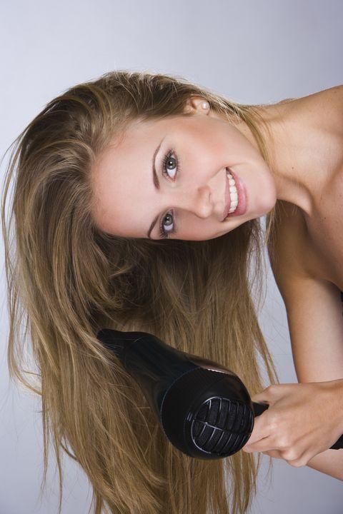 <p>如果妳本身是個頭髮稀疏的妞兒,那妳就一定掌握「頭髮澎」這三個字,因為澎才能讓髮量視覺增多,建議妳可以在每次洗完頭後,以倒吹頭髮的方式,將髮根逆吹,這樣當妳往後順梳整理後,明顯就可以感覺到髮絲的澎度,記得盡量不要擦太多的護髮產品,否則會讓妳頭髮扁塌,看起來髮量更少.</p>
