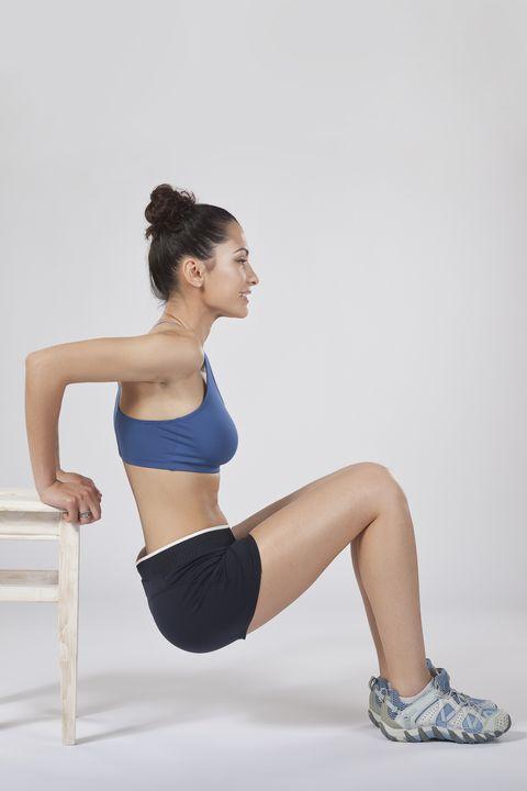 """<p>手撐在椅子兩角並讓手臂往後拉背,雙腳屈膝並且讓大腿、臀部和椅子在同一水平線上,慢慢讓臀部垂直往下蹲再回原位,來回12~15下,可重複3~4組,此動作不只訓練臀腿肌肉,緊實腿部線條,也能雕塑手臂,讓手臂擺脫肉肉的蝴蝶袖。<span class=""""redactor-invisible-space"""" data-verified=""""redactor"""" data-redactor-tag=""""span"""" data-redactor-class=""""redactor-invisible-space""""></span></p>"""