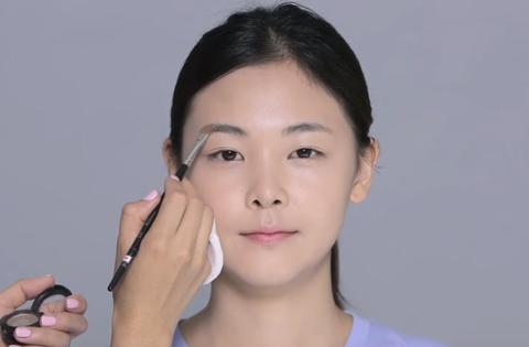 <p>畫眉毛前要先上蜜粉,使眉妝更持久,而眉粉色調應微微比眉毛和頭髮顏色淺,Seo Ok老師的眉妝祕訣是畫完眉毛之後,用少量遮瑕膏塗在眉毛下方,會有乾淨俐落的感覺。</p>