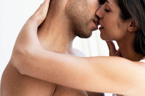<p>沒錯當妳在又親又吸男人的脖子外,別忘了還有佈滿敏感神經的耳朵,可千萬別錯過,妳可以先在男人的耳朵旁邊呢喃呼氣,撩的他心癢癢,接著在用舌頭滑過他的耳朵輪廓,吸他的耳垂,再搭配幾句dirty talk絕對讓妳的他難耐不已呀!</p>