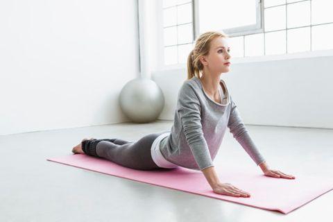 <p>每天拉筋可以延長壽命十年!隨著年齡的增加,身體的肌肉與關節會愈來愈緊繃僵硬,柔軟度也會愈來愈差。現代人長時間對著電腦或低頭玩手機,韌帶、筋骨開始過早硬化,其實正是提早老化的警號!「拉筋」能伸展肌肉等軟組織,使氣血暢通,營養能順暢送到臟腑和腦部,保持頭腦和身體靈活。美國有項研究安排了患輕微高血壓病人,連續6星期、每星期進行3次拉筋伸展運動,結果發現病人的高血壓有改善,長期更有助預防中風。<br></p>