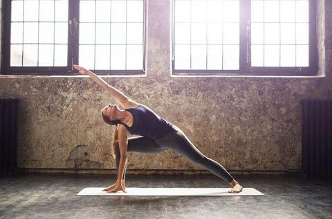 <p>伸展可以延伸腰部肌肉、雕塑曲線。將前腳屈膝讓小腿與大腿呈90度,後腳往後延伸打直,並讓腳尖朝外,與前腳同側的手放在腳掌內側打直,彎腰將另一隻手朝前延伸,伸展側腰肌肉,停留15秒後換邊,兩側做完可重複3~4次。</p>