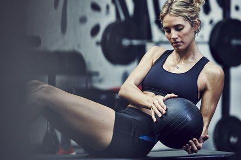 <p>坐在地面將雙腳屈膝,上半身抬起呈45度,雙手拿重力球增加訓練的重力,也可以用簡單的水瓶取代,在兩側腰間來回動作,可訓練腹部肌群與側腰,來回12~15下後休息,重複3~4組。</p>
