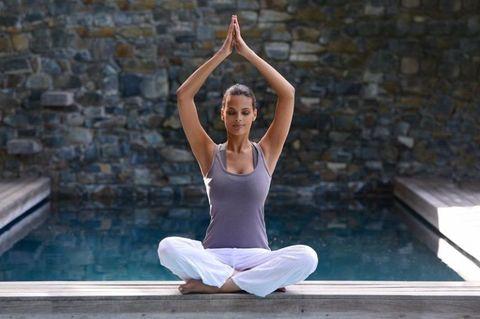 <p>雙腳盤腿坐姿、背部打直,將手置於胸前合掌,慢慢往外畫圓並往上延伸後再次合掌,再將手慢慢放回胸前,過程中配合呼吸,吸氣時往外畫圓,吐氣時手合掌回胸前,重複此動作一分鐘,跟著呼吸慢慢做,達到放鬆思緒的效果。</p>