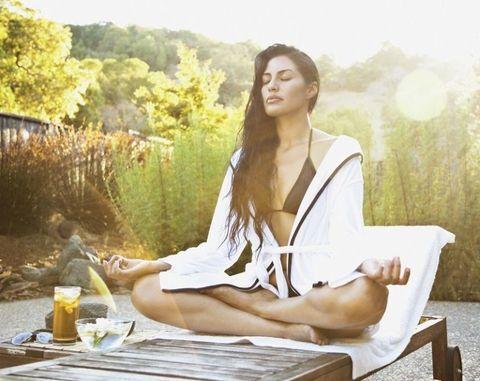 "<p>瑜珈是許多人很喜歡的運動,它不只有瘦身、雕塑身形的效果,也是一個沉澱思緒、享受一個人時光的運動,COSMO Angel特別整理出五個瑜珈動作,每個動作一分鐘,可以重複兩組,讓妳利用早上十分鐘的時間,舒緩緊繃的思緒,讓頭腦更加清醒,不只能雕塑身形,還能幫助妳調整心緒,充滿活力迎接一整天的工作!<span class=""redactor-invisible-space"" data-verified=""redactor"" data-redactor-tag=""span"" data-redactor-class=""redactor-invisible-space""></span></p>"