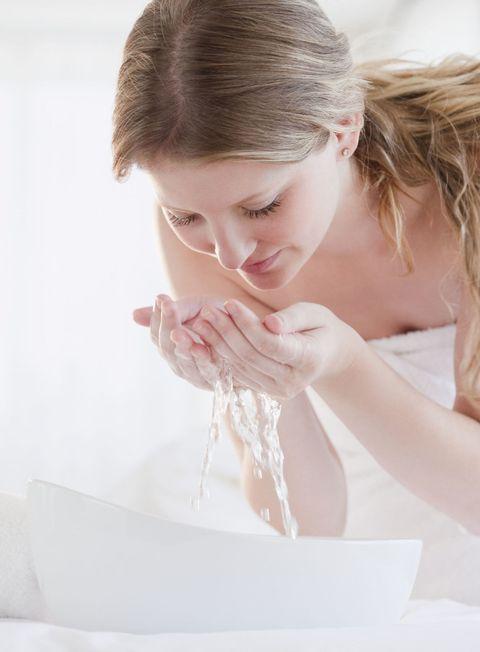 "<p>用水溫較低的水洗臉能讓毛孔收縮,防止毛孔變粗大,但殘妝和污垢較難完全洗淨;而用水溫較高的水洗臉會讓毛孔增大,毛孔內的油脂會被過度洗淨,肌膚的保濕能力也會降低,反而加速肌膚老化,因此使用太熱或太冷的水洗臉都會對肌膚造成傷害。</p><p><strong data-redactor-tag=""strong""></strong>♥<span class=""redactor-invisible-space"" data-verified=""redactor"" data-redactor-tag=""span"" data-redactor-class=""redactor-invisible-space""></span>使用跟體溫差不多的溫水洗淨肌膚,然後再用冷水沖洗,使潔淨後的毛孔收縮,就能緊緻肌膚。</p>"