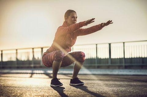 "<p>深蹲絕對是練翹臀的最佳運動,但是想要快速有感就要加強訓練強度。雙腿打開大於肩膀寬度,身體垂直往下進入深蹲姿勢,此時請保持深蹲往右側跳轉90度,再跳回原來的方向,接著往左側跳轉90度,再回原方向,來回循環12~15次,重複3~4組。<span class=""redactor-invisible-space"" data-verified=""redactor"" data-redactor-tag=""span"" data-redactor-class=""redactor-invisible-space""></span></p>"