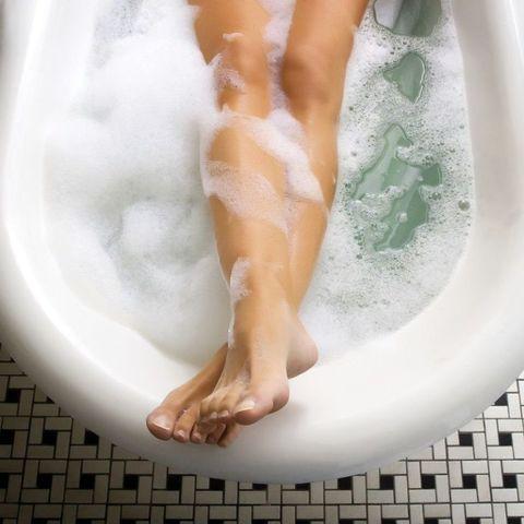 "<p>泡澡的時候體溫提高促進血液循環,可以加速淋巴排毒,而大量流汗能排掉身體裡的廢物,能消除水腫現象,達到瘦身的效果。除此之外,身體偏寒的女生如果有泡澡的習慣,也可以調整體質幫助血液循環,改善因為循環不好造成的局部肥胖。<span class=""redactor-invisible-space"" data-verified=""redactor"" data-redactor-tag=""span"" data-redactor-class=""redactor-invisible-space""></span></p>"