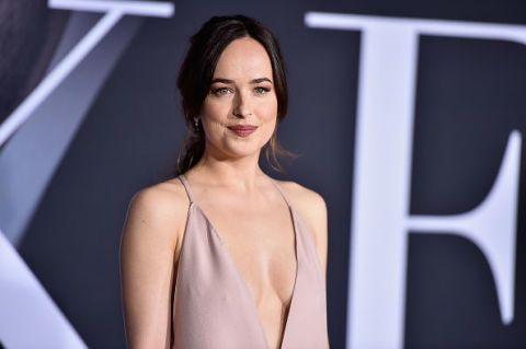 "<p>《格雷的五十道陰影3》預告明年情人節檔期上映,而最新一幅電影海報,女主角Dakota Johnson身穿露肩款式蕾絲婚紗,背部肌膚若隱若現,性感又時尚。因為《格雷》,讓更多人認識Dakota Johnson,這位出生在演戲世家的27歲女孩,雖然不是大眾所要求的纖瘦身型,但凹凸有致的身材,以及那大小適中而渾圓堅挺的胸部,卻為她贏得新一代性感女神的稱號。無論是電影還是出席場合,鏡頭前後的Dakota Johnson,總是散發出性感,COSMO Angel幫你整理出Dakota Johnson 的性感時刻。<span class=""redactor-invisible-space"" data-verified=""redactor"" data-redactor-tag=""span"" data-redactor-class=""redactor-invisible-space""></span></p>"