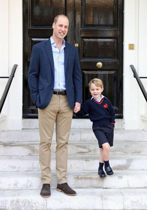 <p>上學前的喬治王子露出天真的笑容,還有招牌手插口袋pose!</p>