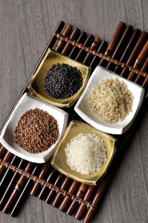 <p>營養滿分的糙米飯具有豐富的膳食纖維與各種維生素,也是低GI的食物之一,用它取代高GI的白米飯不只養分充足,還十分有飽足感。</p>