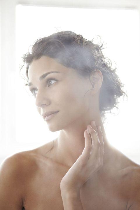 <p>這個方法就像上我們去做臉時,要擠痘痘粉刺前,美容師都會先幫我們用熱熱的蒸氣蒸臉,利用蒸氣的熱力,讓肌膚軟化並將毛孔打開,這樣擠痘痘的時候比較好擠,不會因為擠壓而傷害到肌膚,但若家裡沒有蒸臉機器的話,妳也可以泡個熱水浴,又或在臉上敷上熱毛巾,都能夠達到同樣的效果.</p>