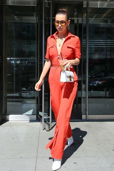 <p>Bella Hadid身穿一件紅色連身褲配上白色短靴,整體乾淨利落。</p>