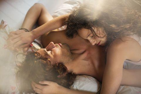 <p>妳覺得男人最著迷女人在愛愛時做什麼事?妳猜是一些極度火辣,就像A片劇情裡的那些情節,沒錯!他們當然有無法控制的幻想過,但其實最讓男人上癮的是,妳在愛愛時那需要他、渴望他的,或是為了取悅他的動作,以下就讓姊來告訴妳,在床上男人愛的是什麼,愛就是要做好做滿呀!</p>