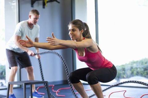 "<p>很多人都聽說過,做深蹲時膝蓋不要超過腳尖,否則會給膝蓋太多壓力,讓膝蓋受傷,其實這個觀點沒有對或錯,膝蓋如果超過腳尖太多,確實容易造成膝蓋受傷,但如果強行保持膝蓋在腳尖內,也會給髖關節太大壓力,造成傷害。因此,重點應該放在腳尖與膝蓋的方向,要保持膝蓋與腳尖在同一條直線上,才能有效訓練到肌肉,而不需特別勉強膝蓋是否超過腳尖,只要幅度不大,感覺自己的臀部肌肉有運動到即可。<span class=""redactor-invisible-space"" data-verified=""redactor"" data-redactor-tag=""span"" data-redactor-class=""redactor-invisible-space""></span></p>"