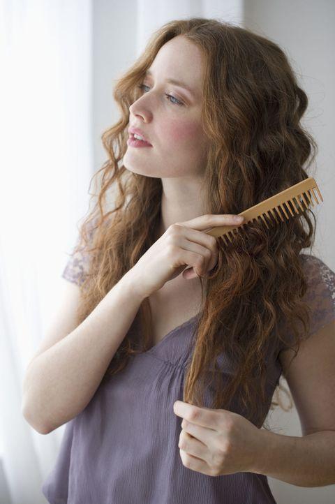 <p>很多女生非常愛梳頭,尤其是台灣的天氣很容易讓髮型變亂,就算在外面也是要抓空檔梳頭整理髮型,但請記得一天梳頭可別超過30次,因為過度梳理毛髮容易使頭髮斷裂或脫髮,專業的髮型師也建議,除非頭髮非常糾結,不然每天早、晚只需各梳一次頭髮即可,如果妳是頭髮真的非常容易打結的人,可以在髮尾噴上順髮水後再梳,能減少摩擦拉扯.</p>